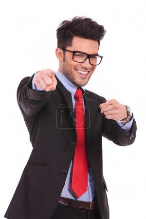 商务男人用双手指向