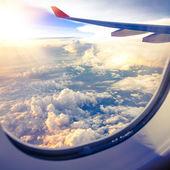 Mraků a oblohy, jak je vidět oknem letadla
