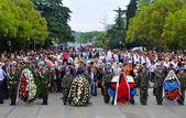 Bürger legen Blumen am Sieg-Denkmal