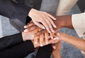 Mnohonárodnostní podnikatelé stohování ruce