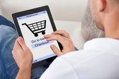 Konzeptionelle Bild eines Mannes machen einen online-Kauf