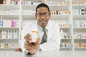 Férfi gyógyszerész a gyógyszertárban dolgozó