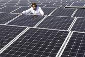 Dělník, poblíž solární panely