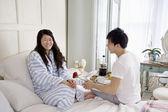 Muž dává stoupl na ženu v posteli