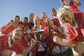 Vítězná fotbalový tým s trofejí