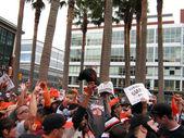 Giants fanoušci zbláznit pro kamery vně hřiště po vítězství