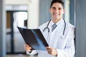Nemocniční lékař držení pacientů x-ray film