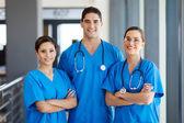Skupina mladých nemocnice zaměstnanců v úboru