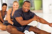 Africký muž s týmem strečink před cvičením