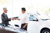 Prodavač předání klíče od auta