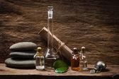 Fiale con oli essenziali contro le pareti in legno vecchie