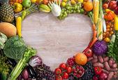 Fotografia di Food del cuore fatta da diversa frutta e verdura sul tavolo di legno
