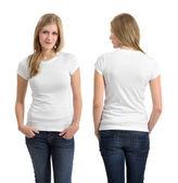 Blonďatá žena s prázdnou bílou košili