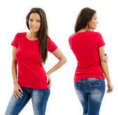 Sexy žena pózuje s prázdnou červené tričko