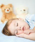 A kis fiú alszik