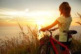Junge Dame mit Fahrrad stehend
