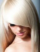 Blondýnka. zdravé dlouhé blond vlasy