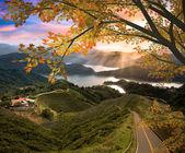 úžasné hory s červenými listy