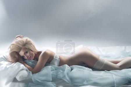 Счастливая женщина на постели в белых чулках  408984