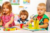 Chlapci a dívka ve třídě malířství