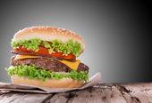 Deliziosi hamburger su fondo in legno