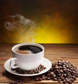 šálek kávy zrnkové kávy blízko