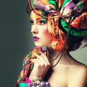 Krásná rusovláska v hlavě šaty z jednobarevné látky, glamour fotografie