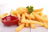 Pommes frites und ketchup