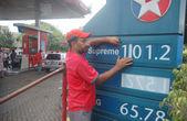 Kraftstoff-Bahnhof-Mitarbeiter zeigt neue Preise von Erdölerzeugnissen an eine Tankstelle in Karatschi