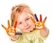 Portrét šťastné veselá dívka ukazuje její ruce vymalované v jasných barvách