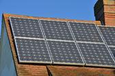 Solární panely na střeše domu