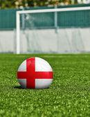μπάλα ποδοσφαίρου με τη σημαία της Αγγλίας στο γρασίδι στο στάδιο