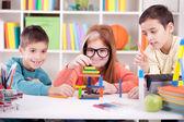 Starší sestru a dva mladší bratry hrát s dřevěných bloků
