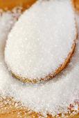 Cukr v dřevěnou lžící