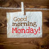 Buongiorno lunedì su carta invecchiata appesi sul bucato. sullo sfondo di legno vecchio