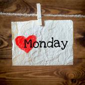 Lunedi il cuore rosso su carta invecchiata appesi sul bucato. sullo sfondo di legno vecchio