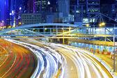 Semafor zakřivených linií na silnici během dopravní špičky