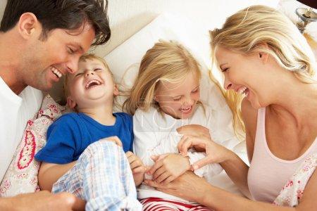 家庭放松躺在床上