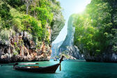 Langes Boot und Felsen am Railay Strand in Krabi, thailand