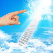 Prstem ukazuje schodiště do nebe