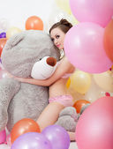 Obrázek sexy štíhlá žena objímala medvídek velký