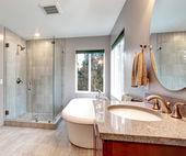 Gyönyörű szürke új modern fürdőszoba belső