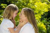 Matka a sdílení chvilku spolu venku dcera