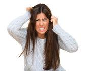 Portrét mladé ženy zlobí