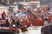 Amsterdam - 30 aprile: celebrazione del queensday su un canale di amsterdam con case galleggianti, il 30 aprile 2013 a amsterdam, Paesi Bassi