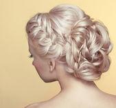 Krása svatební účes. nevěsta. blonďatá dívka s kudrnatými vlasy styl