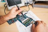 Tech testuje elektronické zařízení v provozu