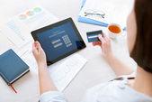 Podnikatelka platební kartou online internetové bankovnictví