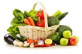 Syrová zelenina v proutěném koši izolované na bílém