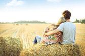 Mladý pár v lásce venkovní